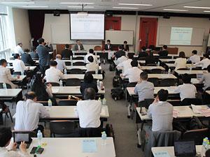 80名の地方議員や政治関係者が参加して、活発な議論が交わされた(東京・中央区の早稲田大学日本橋キャンパス)