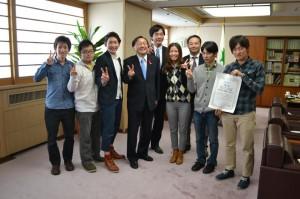 マニフェスト大賞の受賞を三村申吾知事に報告する「選挙へGO!!」のメンバー