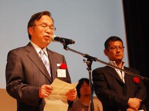 (左から)流山市の石原重雄副市長と松野豊議員