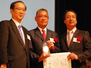 (左から)北川正恭審査委員長、大津市議会の竹内照夫議員運営委員長と高橋健二議長