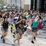 通行人が踊り出す「フラッシュモブ」ダンスをとおして若者に選挙を身近に感じて貰いたい広島県選挙管理委員会の思い