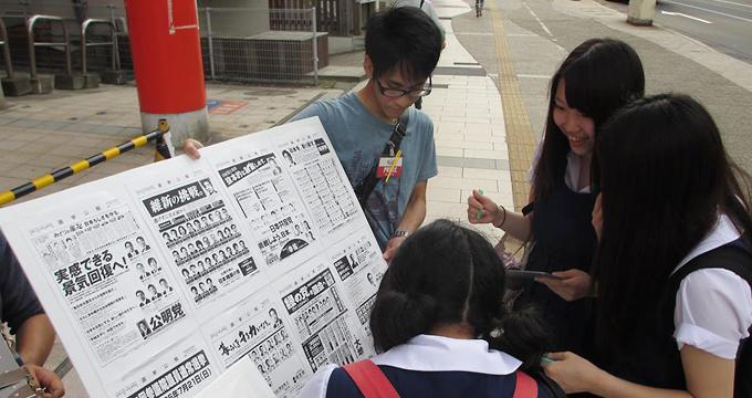 2013年7月の参院選の際に実施した街頭での未成年模擬選挙(写真提供:学生団体「選挙へGO!!」)