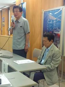 あいさつする川勝平太 静岡県知事(左)と加藤秀樹 構想日本代表