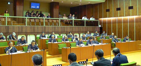 お揃いの絣柄のシャツを着た久慈市議会の本会議風景