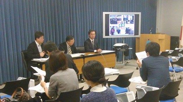 2014年12月の総選挙において、全国の小中高大学など30校以上、1万人以上が参加して模擬選挙を実施するプロジェクトについて記者発表をする林大介氏(左)