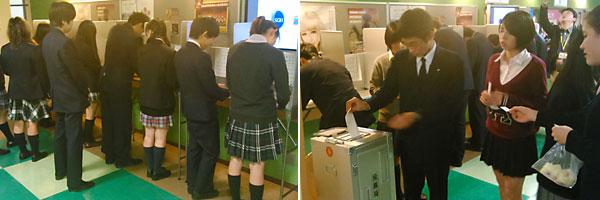 初めて目にする投票用紙記載台で投票用紙に記入する生徒たち(左)、やや緊張した面持ちで投票箱に投票用紙を入れる生徒