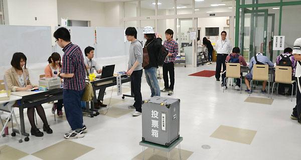 期日前投票所で投票する学生達たち
