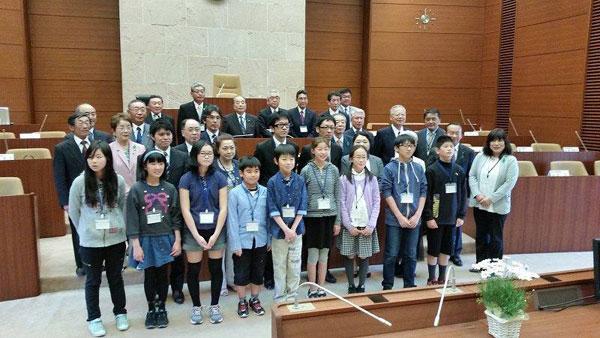 「市民議会」で市民の皆さんと写る滝沢市議会のメンバー