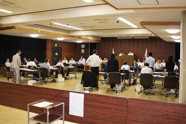 過去4年間一度も提出されなかった予算修正案に賛成として5名が起立。よそ者20代当選議員の2人会派が議会に変化を起こし始めている(写真提供:熊野新聞社)
