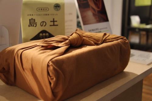 玉ねぎの皮で染めた風呂敷「SHIMAIRO」