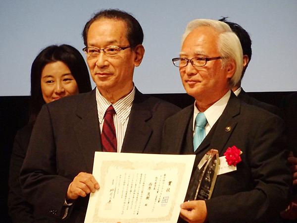 マニフェスト大賞グランプリを受賞した西原茂樹市長