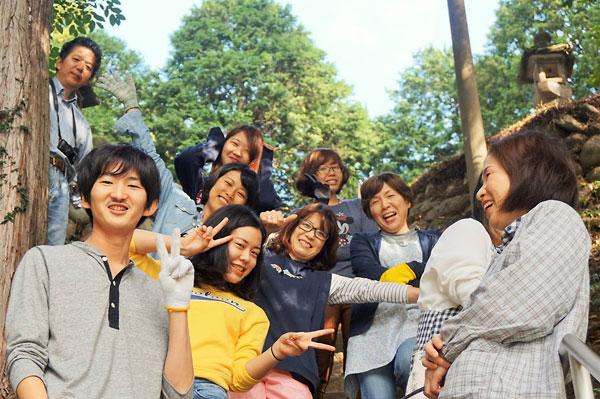 柳地区の住民や関西大の学生たちと秋祭りの手伝いをする衛藤さん