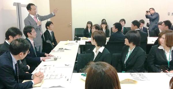 学生に向けて熱いメッセージを送る福田議員