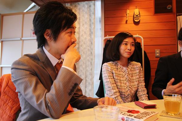 (写真)おときた駿氏(左)、斉藤りえ氏