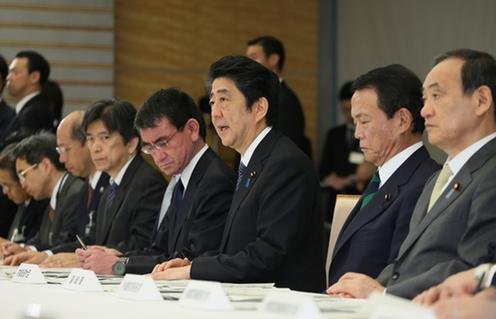 4月24日、官邸で開かれた「熊本県熊本地方を震源とする地震非常災害対策本部会議」で挨拶する安倍首相