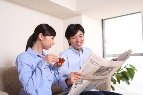 新聞を読む男女