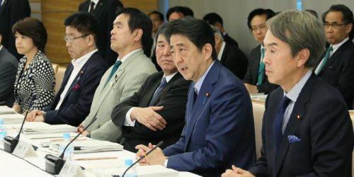 官邸で開かれた第10回経済財政諮問会議・第28回産業競争力会議合同会議