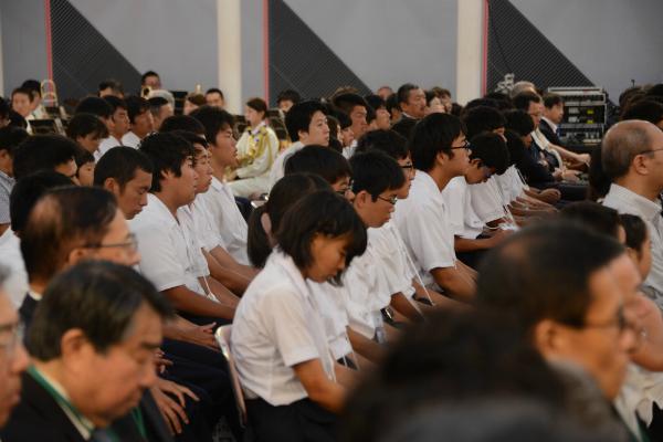 会場には400人の小中高生が招待された
