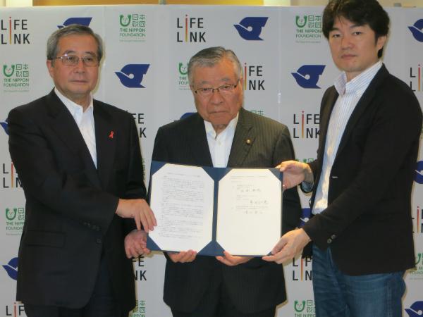 協定書を示す(左から)尾形日本財団理事長、多田江戸川区長、清水ライフリンク代表