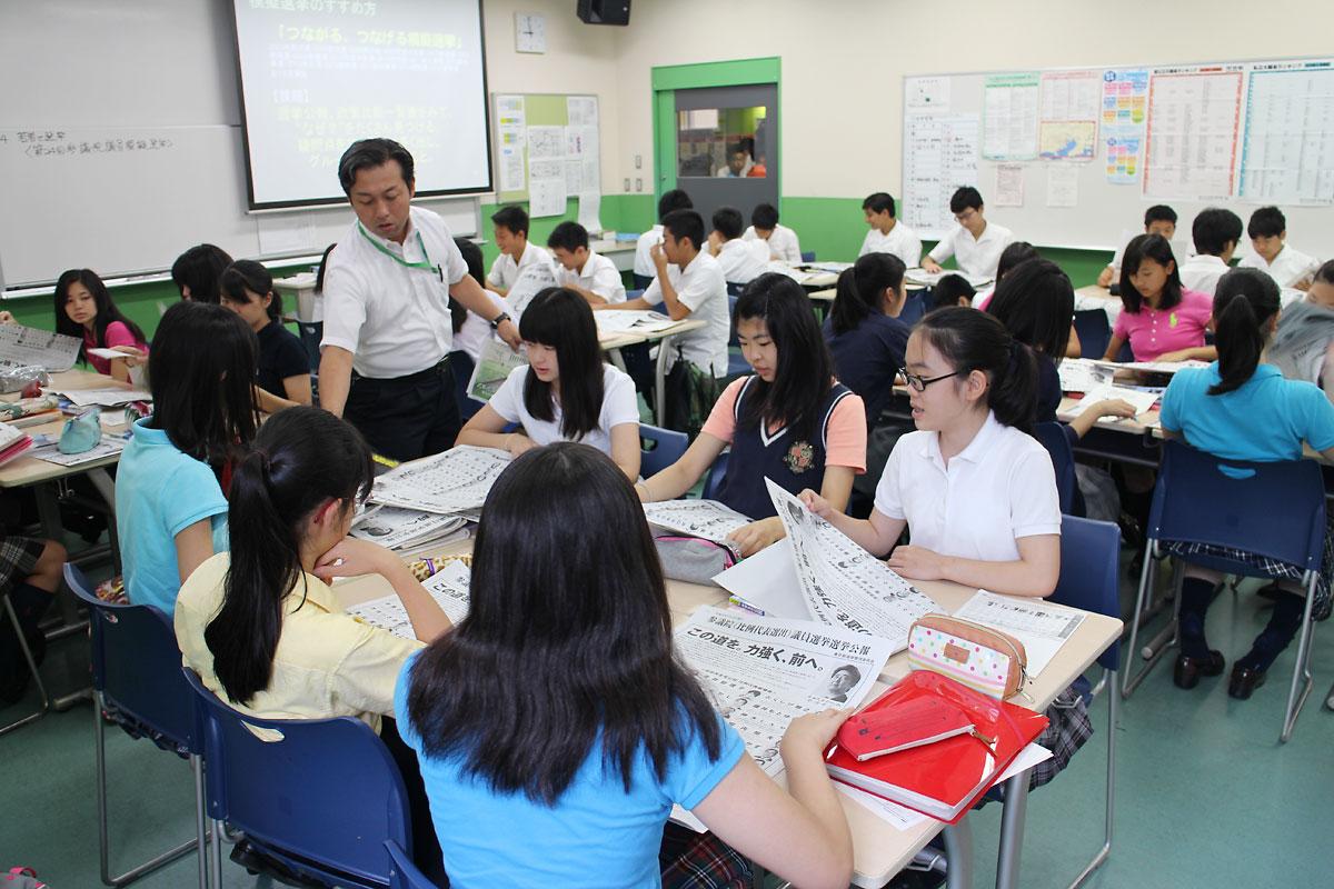 担当教諭から資料の説明を受ける生徒たち