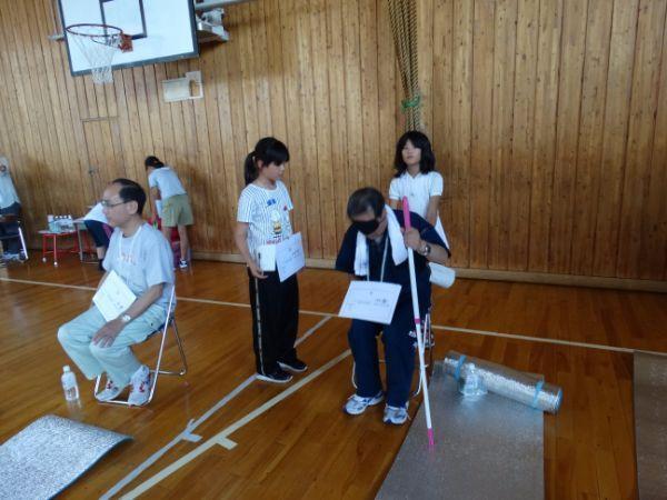 目の見えない人をトイレなどに案内する小学生たち