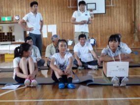反省会で訓練の感想を語る小学生
