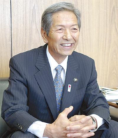 インタビューに答える高山市長