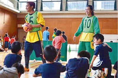 ボール遊びを通したスポーツ交流会=3月、けやき体育館