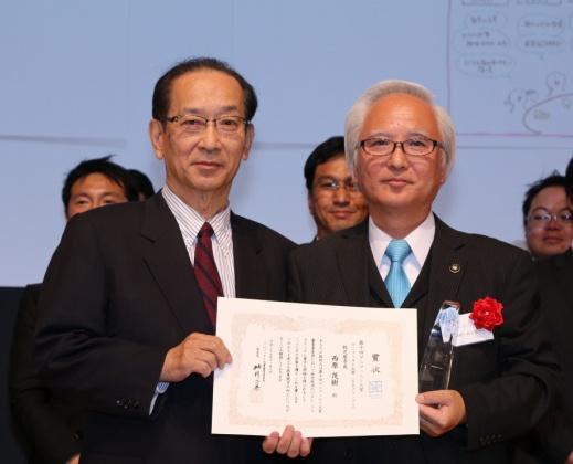 2015首長グランプリの西原茂樹・牧之原市長(右)と北川正恭審査委員長