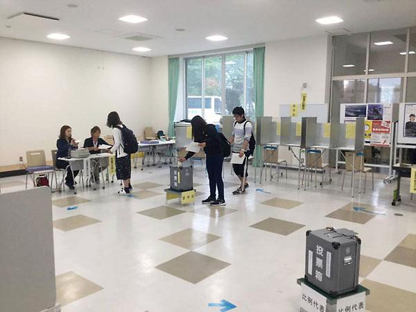 青森中央学院大学の期日前投票所の様子
