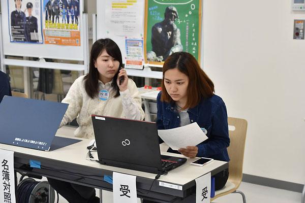 投票事務を行う学生たち