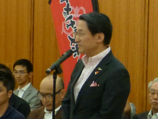結団式で挨拶する平井鳥取県知事