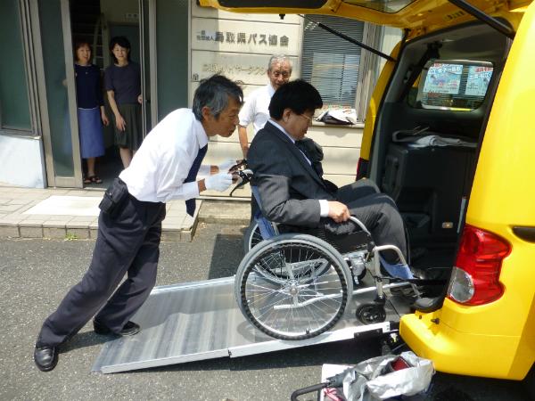 スロープを使って車椅子ごと乗車可能