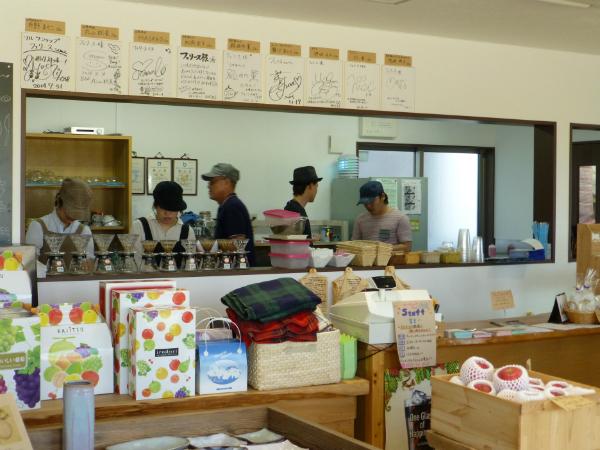 多彩な商品が並ぶ「フェリース」店内