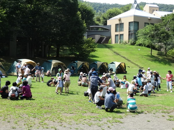 藤野芸術の家キャンプ場で遊ぶ子どもたちと保護者ら