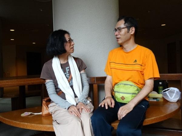 キャンプの思い出を語り合う佐藤さん夫妻