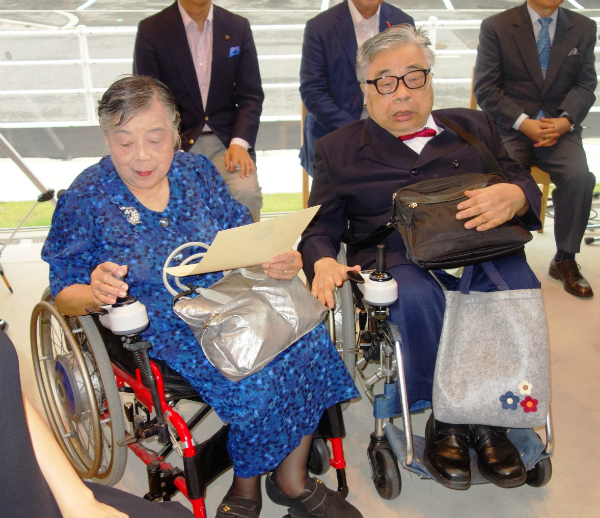 敷地を寄贈した吉本昭さん・紀子さん夫妻