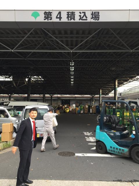 大田市場を視察する岡高志区議1