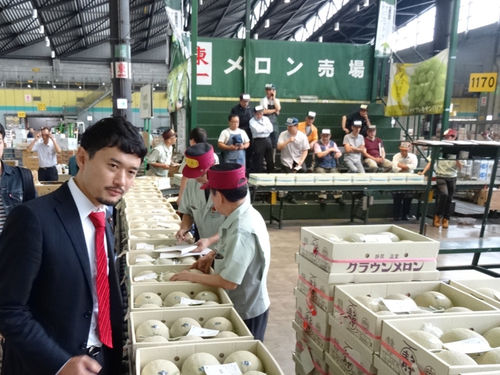 大田市場を視察する岡高志区議3