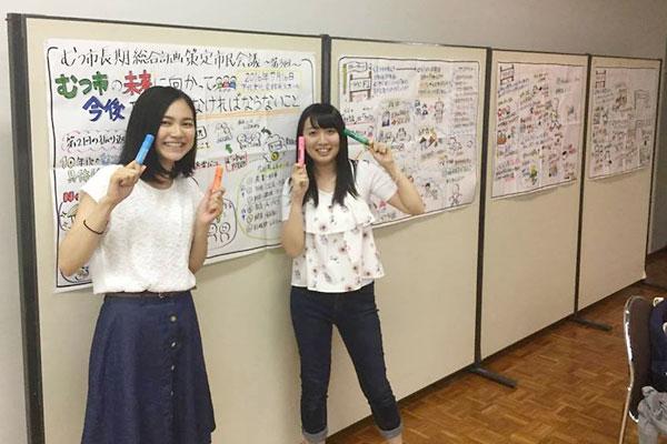 グラフィックをする工藤さん(右)と花田さん(左)