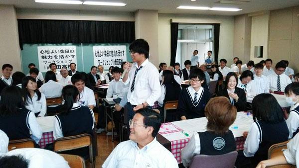 柴田町議会「高校生と議会懇談会」で感想を述べる高校生