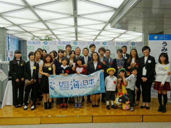 表彰式後、審査員と受賞者がそろって記念撮影