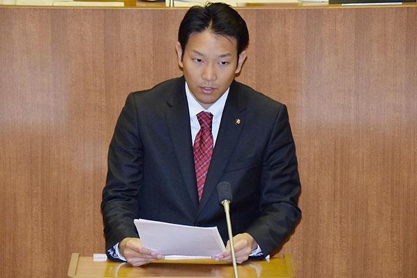 議会で追及する今川さん