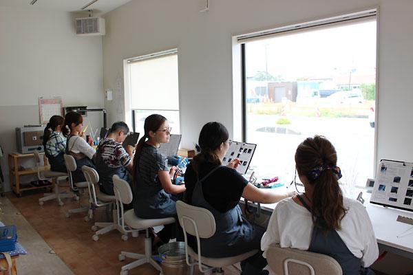 ガラス細工のアクセサリー工場。若い女性の雇用を生み出している。