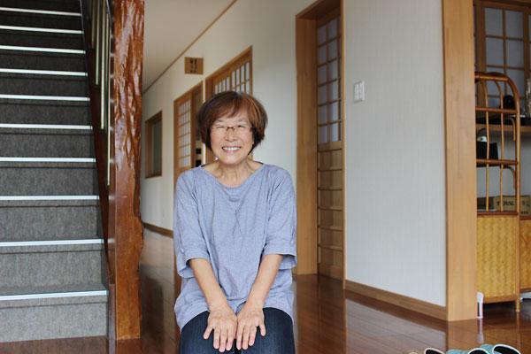 再開した双葉屋旅館の若女将・小林友子さん。「あと10年続ける」と笑顔で語る。