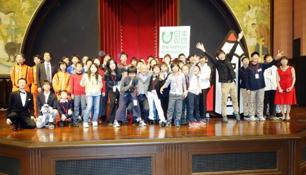 3期生31人を取り囲みみんなで記念撮影