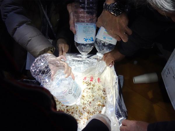 非常用保存食のアルファ米に水を加えて五目ご飯づくり=12月12日