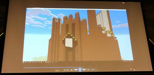 マインクラフトが安田講堂を建設していく様子(スクリーン映像から)