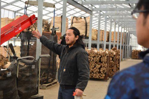 薪商はぜるね社長の武田さん。木材は2年間乾かしてから薪として販売している。