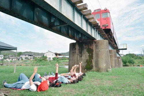 芝生に寝転び、鉄橋を渡る電車の真下を眺められるスポット。地元の人には当たり前の風景でも、視点を変えることで、まったく違った風景が広がった。